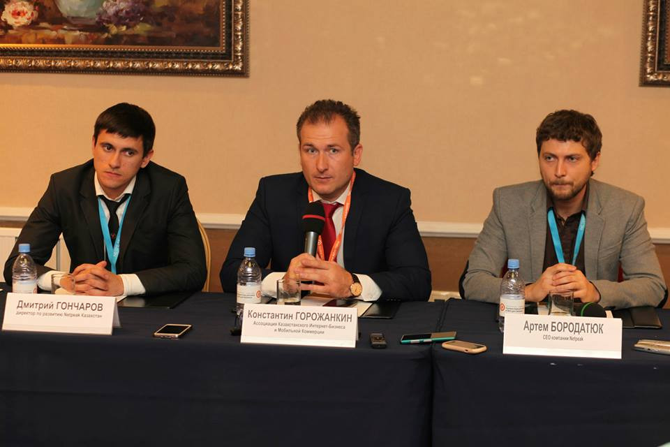 Дмитрий Гончаров (Netpeak Казахстан), Константин Горожанкин (АКИБ) и Артем Бородатюк (CEO of Netpeak)