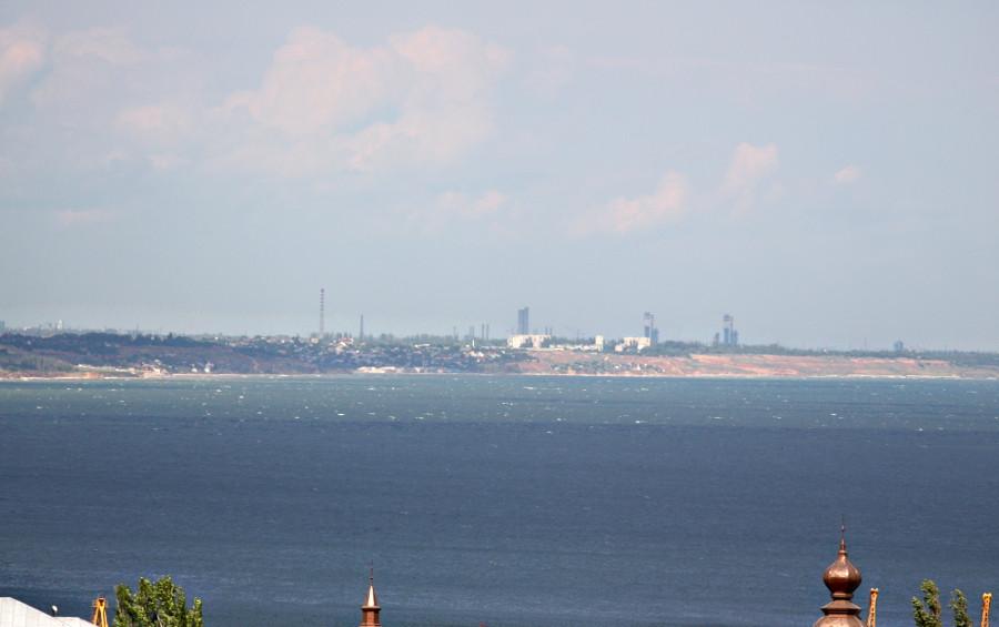 Море и противоположный берег залива, порт Южный